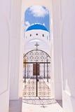 圣托里尼教会,蓝色圆顶,曲拱视图,门,反射 免版税库存照片