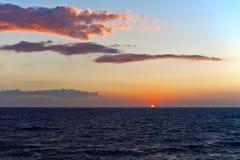 圣托里尼日落和蓝色海和天空 免版税库存图片