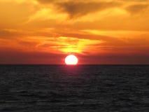 圣托里尼日落的温暖的黄光 免版税库存图片
