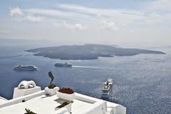 圣托里尼海岛和蓝色海和天空 免版税图库摄影