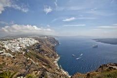 圣托里尼海岛和蓝色海和天空 免版税库存图片