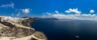 圣托里尼海岛晴朗的早晨全景  五颜六色的春天视图offamous希腊手段Fira,希腊,欧洲 图库摄影
