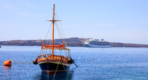 圣托里尼海岛,希腊-在卡美尼岛海岛附近的小船和游轮 免版税库存图片