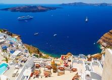 圣托里尼火山的破火山口如被看见从Fira,圣托里尼,希腊的首都 有假期的游人的旅馆 图库摄影