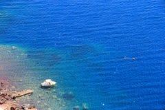 圣托里尼的,希腊美丽的蓝色海 免版税图库摄影