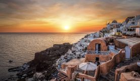 圣托里尼美好的全景日落的 库存照片