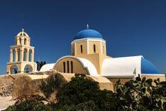 圣托里尼蓝色半球形的教会 库存照片