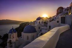 圣托里尼蓝色圆顶教会的日落视图  免版税库存图片