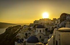 圣托里尼蓝色圆顶教会的日落视图  免版税库存照片