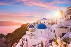 圣托里尼,希腊蓝色圆顶教会的日落视图  库存照片
