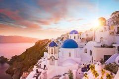 圣托里尼,希腊蓝色圆顶教会的日落视图  免版税库存照片