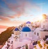 圣托里尼,希腊蓝色圆顶教会的日落视图  免版税库存图片