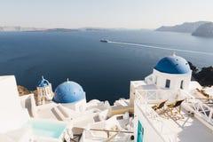 圣托里尼,希腊- 2018年5月:在爱琴海, Oia的看法村庄和火山破火山口与豪华旅馆和无限游泳池o 免版税库存照片