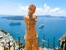 圣托里尼,希腊- 2015年6月10日:美之女神雕象  库存图片