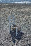 圣托里尼,希腊- 09/17/2014 :在海滩的两三把椅子 免版税图库摄影