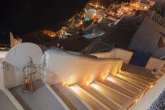 圣托里尼-客船和Fira镇在背景中 免版税图库摄影