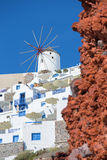 圣托里尼-对一部分的神色的有风车的Oia 免版税库存图片