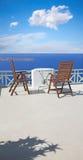 圣托里尼-小的桌和容易的charis在破火山口 免版税库存照片