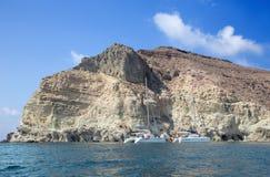 圣托里尼-从海岛的南部分的更加白色的岩石塔 免版税图库摄影