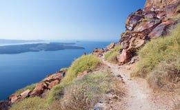 圣托里尼-从Scaros城堡看到卡美尼岛海岛 免版税库存照片
