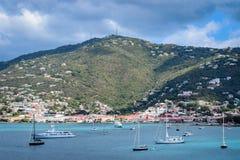 圣托马斯,美国维尔京群岛- 2014年4月01日:海洋和山景风景 免版税库存照片