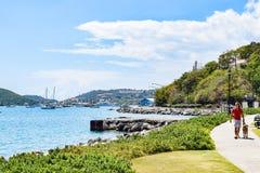 圣托马斯,美国维尔京群岛- 2014年4月01日:街市圣托马斯海岸线视图  库存图片