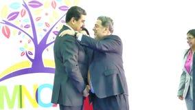 圣文森特和格林纳丁斯总理拉尔夫・冈萨尔维斯招呼委内瑞拉总统尼古拉斯・马杜罗 股票视频