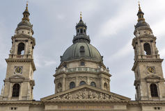 圣斯德望在一多云天,匈牙利布达佩斯大教堂  库存图片
