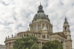 圣斯德望布达佩斯大教堂在一多云天 库存照片
