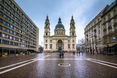 圣斯蒂芬大教堂在布达佩斯,匈牙利在一个雨天 库存照片