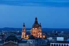 圣斯蒂芬大教堂在黄昏的布达佩斯市 免版税库存照片