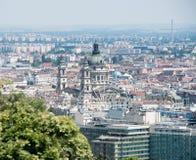 圣斯蒂芬斯大教堂大圆顶看法和弗累斯大转轮布达佩斯 库存照片