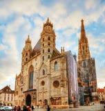 圣斯蒂芬的大教堂在维也纳,奥地利由游人包围 免版税图库摄影