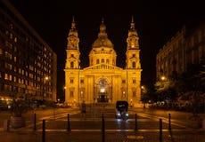 圣斯蒂芬` s大教堂在晚上在布达佩斯 图库摄影