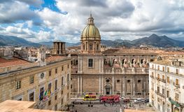 圣朱塞佩dei有比勒陀利亚喷泉的Teatini教会看法从圣诞老人Caterina教会屋顶在巴勒莫 免版税图库摄影