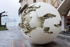 圣朱廖, ITALY/EUROPE - 10月28日:Pomodoro雕塑 免版税库存图片