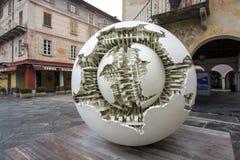 圣朱廖, ITALY/EUROPE - 10月28日:Pomodoro雕塑 图库摄影