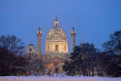 圣查尔斯教会在维也纳 平安的晚上,在强的降雪做教会看抚慰通常后的那 免版税库存照片