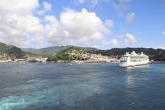 圣查尔斯,格林纳达-12/15/17 :皇家加勒比` s,海的珠宝在圣查尔斯港口,格林纳达靠了码头 免版税库存图片