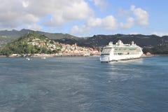 圣查尔斯,格林纳达-12/15/17 :皇家加勒比` s,海的珠宝在圣查尔斯港口,格林纳达靠了码头 库存照片