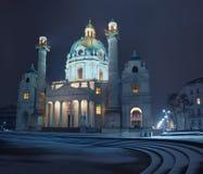 圣查尔斯Karlskirche教会夜视图在维也纳与 免版税库存图片