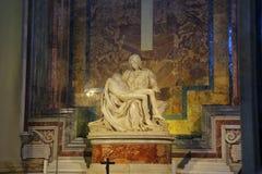 圣母怜子图是在大理石的一个雕刻的小组由圣伯多禄罗马教皇的大教堂的米开朗基罗  免版税库存图片