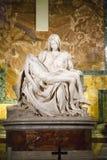 圣母怜子图雕塑 免版税库存照片