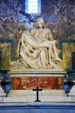 圣母怜子图雕象圣伯多禄大教堂的米开朗基罗 梵蒂冈 免版税库存照片