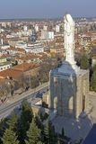 圣母玛丽亚和全景的最大的纪念碑世界的市的哈斯科沃,保加利亚 免版税库存照片
