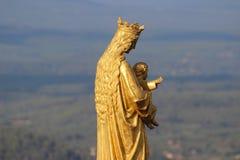 圣母玛丽亚和小耶稣金黄雕象  免版税图库摄影