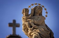 圣母玛丽亚和耶稣雕象  图库摄影