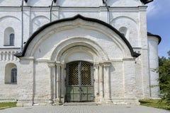 圣母玛丽亚大教堂,苏兹达尔克里姆林宫诞生的门  免版税库存图片