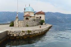 圣母玛丽亚天主教堂我们的夫人的在科托尔,黑山海湾的岩石小岛的  图库摄影