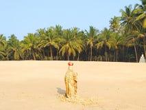 圣母玛丽亚的小雕象马哈拉施特拉海滩的  免版税库存照片
